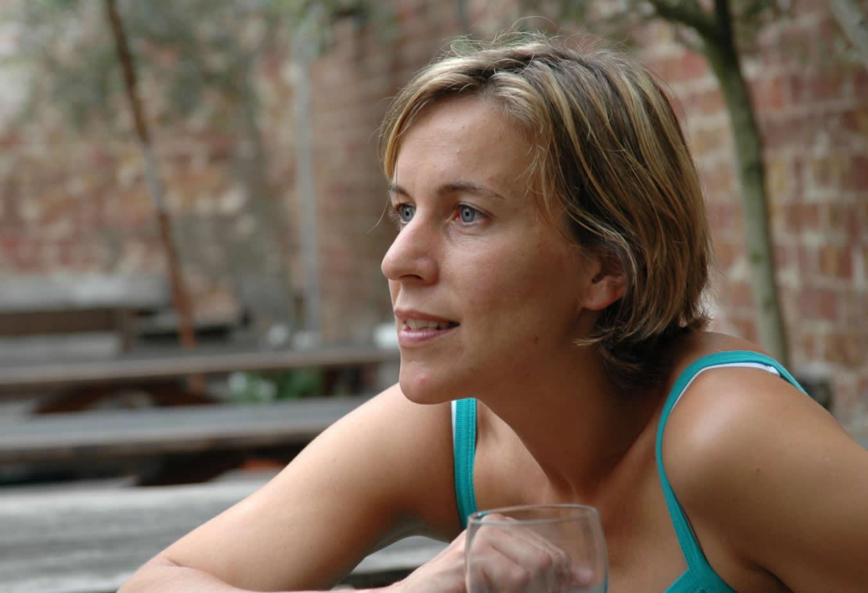 Lisa Lomax in bar outside